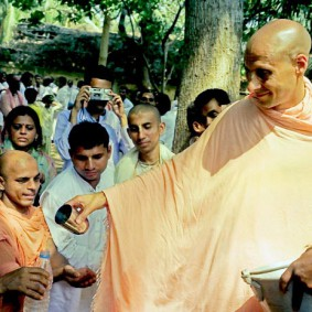 Radhanath Swami 90220013 283x283 Radhanath Swami With Other Devotees