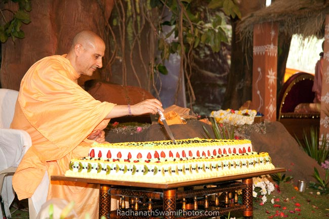 Radhanath-Swami-Cutting-The-Cake-On-His-Appearance-Day-Birthday-1
