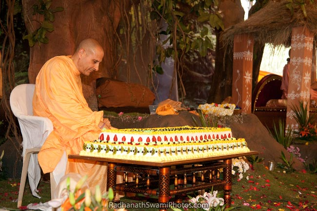 Radhanath-Swami-Cutting-The-Cake-On-His-Appearance-Day-Birthday