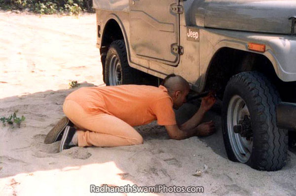 Radhanath-Swami-Inspecting-A-Jeep1