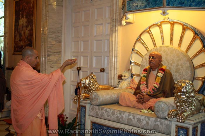 Radhanath-Swami-Offering-Flowers-to-Prabhupad
