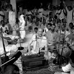 Radhanath Swami Performing Kirtan 283x283 Radhanath Swami As a Music Lover