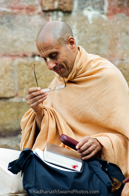 Radhanath-Swami-Wearing-His-Spectacles