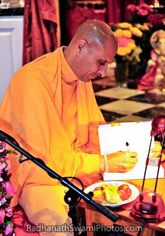 Radhanath_Swami_Signing_The_Journey_Home_Book