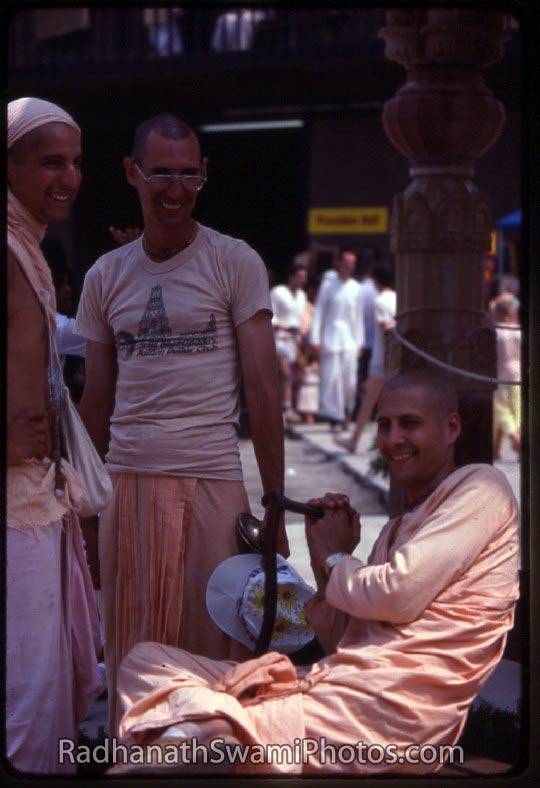 Radhanath_Swami_With-Devotees