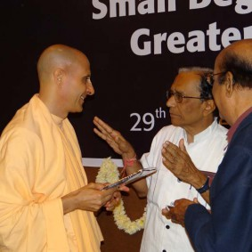 DSC00967 283x283 Radhanath Swami at Gujarat Book Launch
