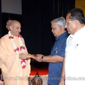 DSC 0136 283x283 Radhanath Swami at Gujarat Book Launch