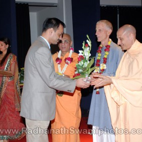 DSC 0144 283x283 Radhanath Swami at Gujarat Book Launch