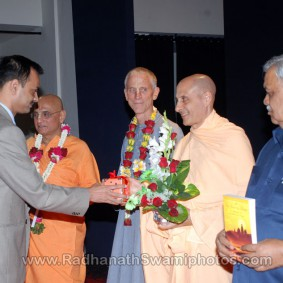 DSC 0145 283x283 Radhanath Swami at Gujarat Book Launch