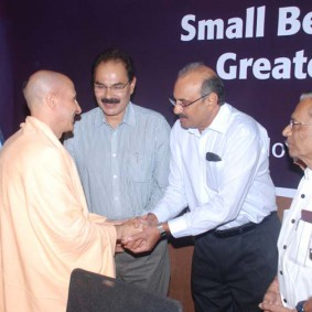 Radhanath swami meets R 283x283 Radhanath Swami at Gujarat Book Launch