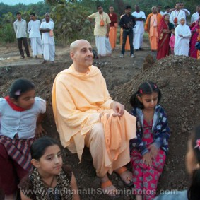 Radhanath Swami in Wada with Children 283x283 Radhanath Swami In Govardhan Ashram