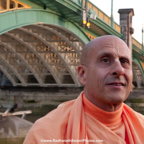 20110408RNSBoatTrip033 new 283x283 Radhanath Swami in London