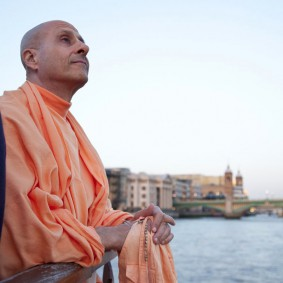 20110408RNSBoatTrip038 new 283x283 Radhanath Swami in London