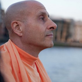20110408RNSBoatTrip039 new 283x283 Radhanath Swami in London