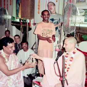 Radhanath Swami 90100018 283x283 Radhanath Swami Special Moments