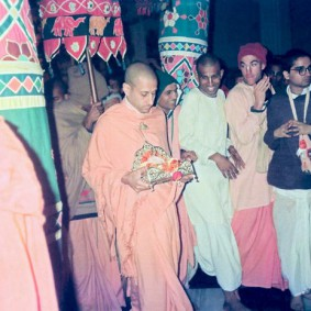 Radhanath Swami 90360032 283x283 Radhanath Swami Special Moments