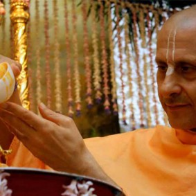 Radhanath Swami Bathing the Lord e 283x283 Radhanath Swamis Radhagopinath Community