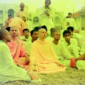 Radhanath Swami Chanting with Devotees 283x283 Radhanath Swami Special Moments