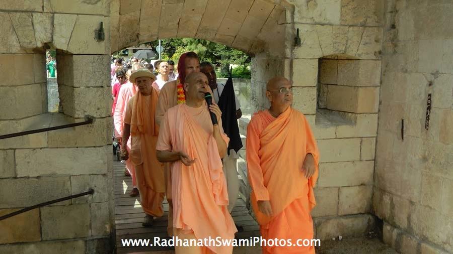 Radhanath Swami leads kirtan during Spiritual Retreat