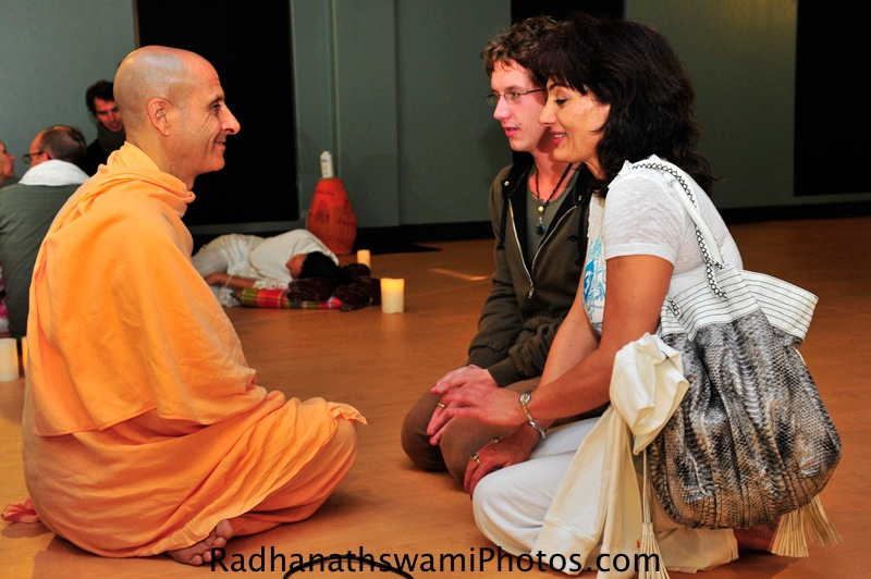 Radhanath Swami Speaks with Guests at Cor ePower Yoga