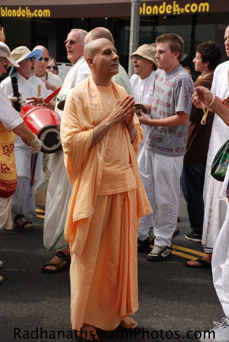Radhanath Swami praying to Lord Jagannath, Baladev and Subhadra
