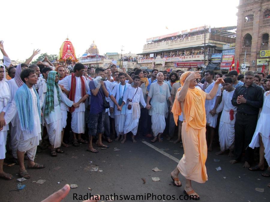 Radhanath Swami dancing during rath yatra