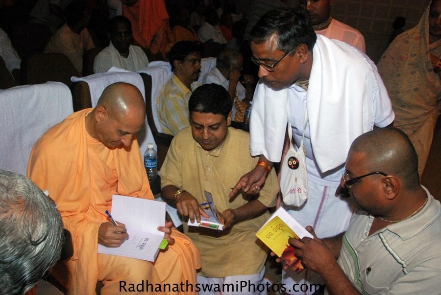 Radhanath Swami Signing his book Ghara bahuda, oriya Journey home