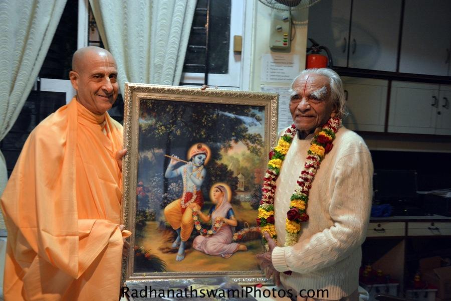 Radhanath Swami gifting photo to BKS Iyengar