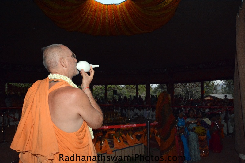 Bhakti vidyapurna Swami initiating the deity installation