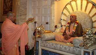Radhanath-Swami-Offering-Flowers-to-Prabhupad