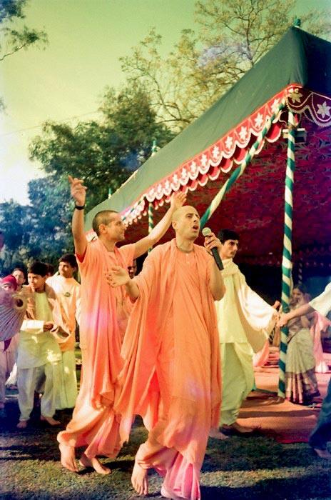 Radhanath Swami Leads Kirtan