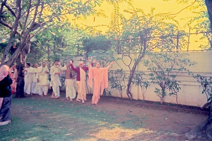 Dancing Kirtan by HH Radhanath Swami during Pune Yatra