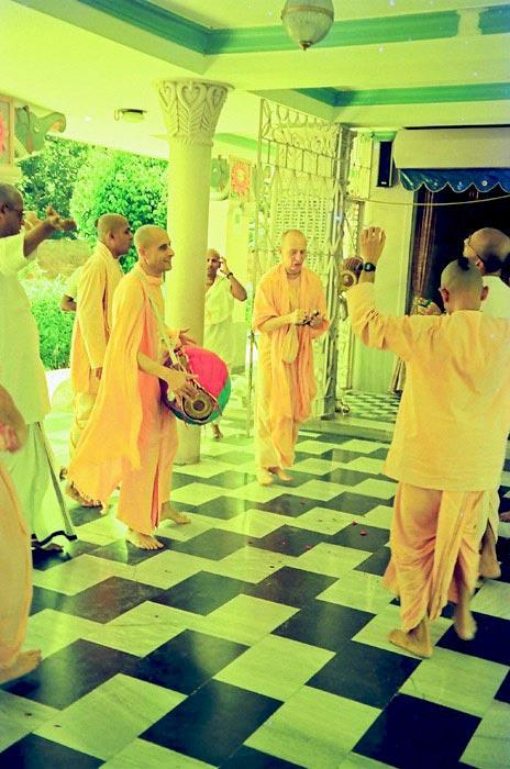 Kirtan by Radhanath Swami in Mayapur