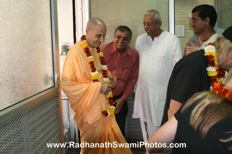 Staff of Midday Meal Welcomes Radhanath Swami