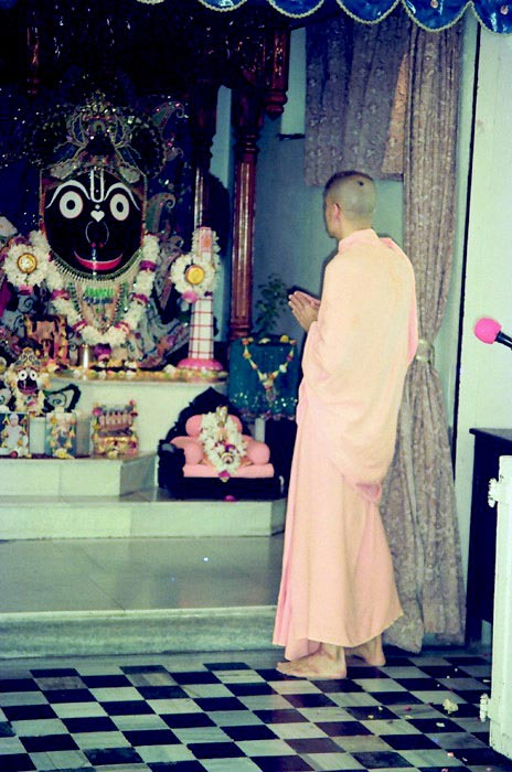Radhanath Swami praying to Jagannathji at Rajapur