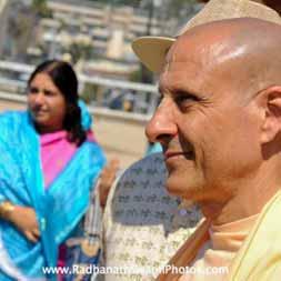 Swami Radhanatha during Rath Yatra