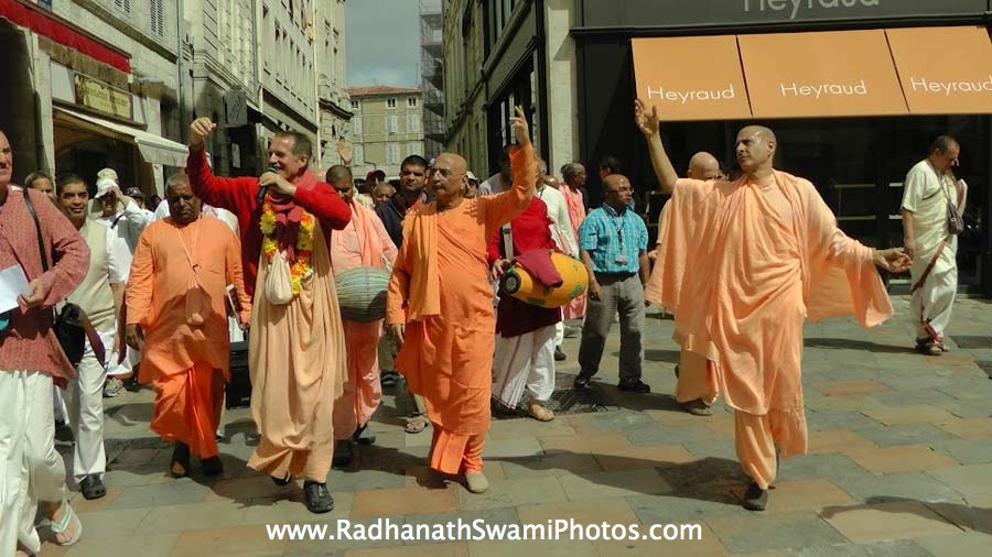 Radhanath Swami dances with Sacinandana Swami and Bhakti Charu Swami