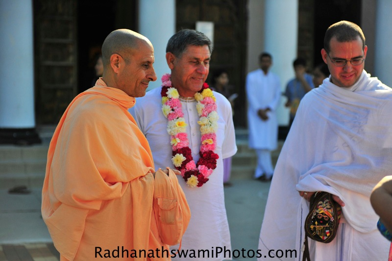 Swami Radhanath talking to devotees