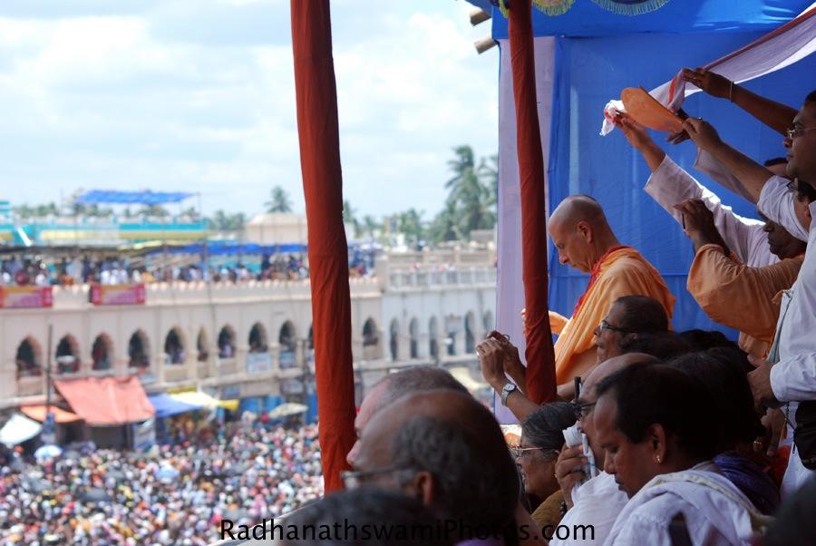 Radhanath swami waiting for pahandi darshan of Lord
