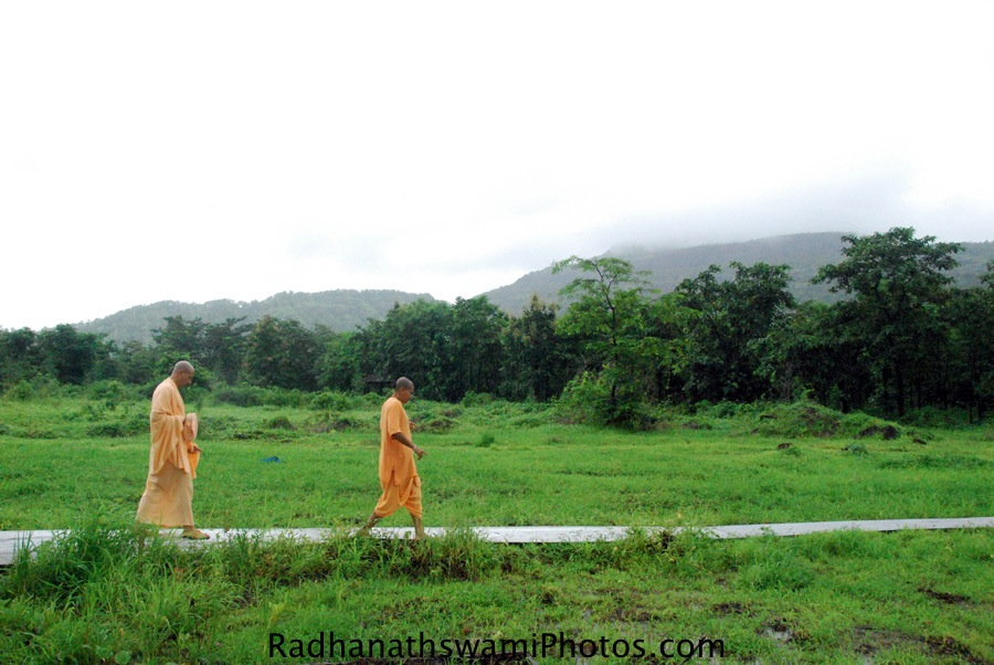 Radhanath Swami taking a tour of wada Farm