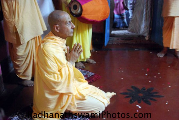 Radhanath Swami Praying to_Srila Prabhupada