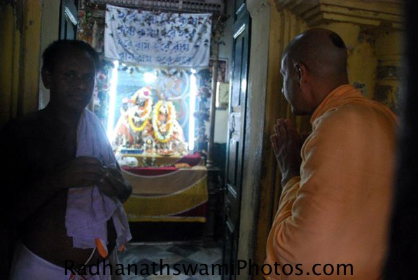 Radhanath_Swami_Praying_to_Lord