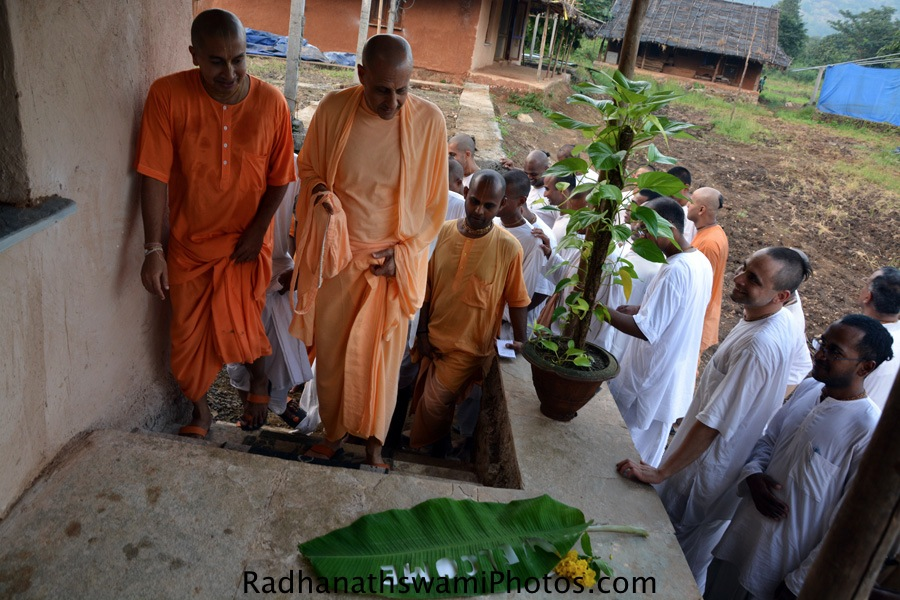 Devotees welcoming HH Radhanath Swami