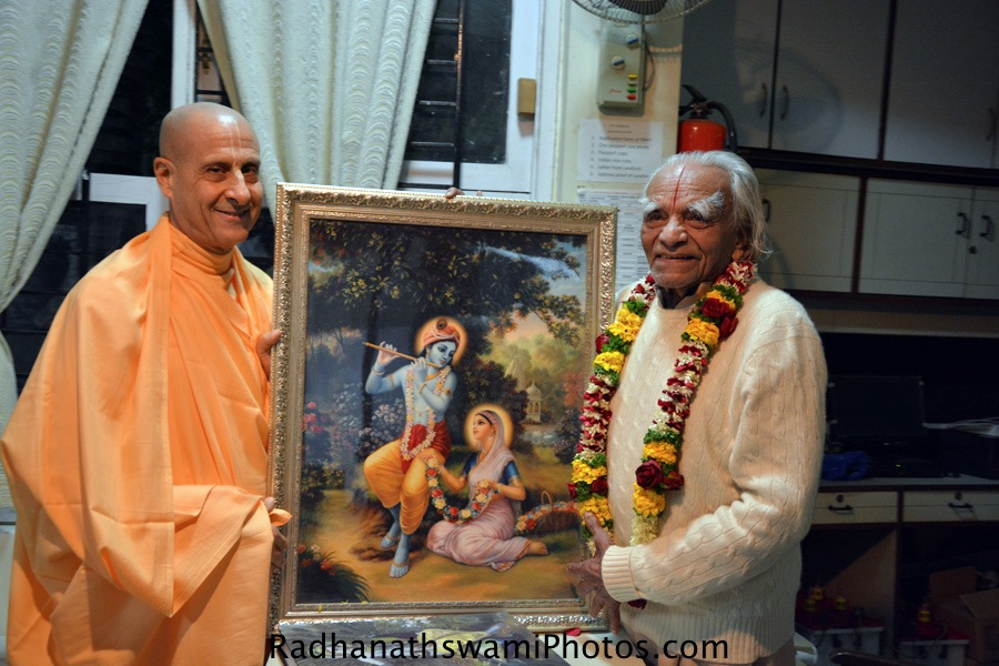 Radhanath Swami gifting photo to BKS Iyengar