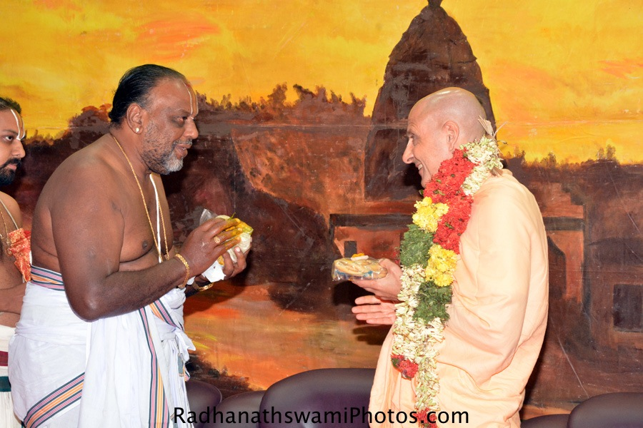 Sri Murali Bhattar from Srirangam meeting Radhanath Swami