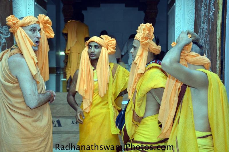 Devotees with Bhakti vidyapurna Swami