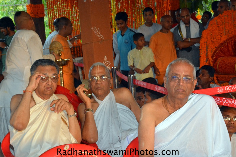 Devotees waiting for Abhishek of the Lord