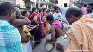 Devotee pulling rath during ghatkopar rath yatra